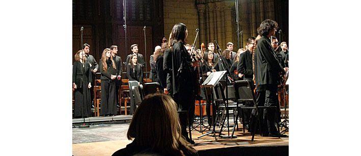 Une partie de l'orchestre et de la Maîtrise derrière lui