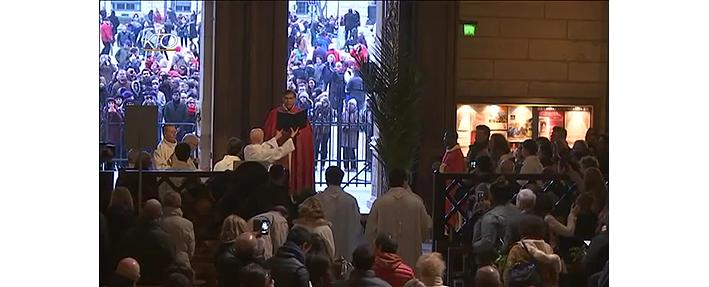 Lecture de l'Evangile portes ouvertes sur le parvis (image KTO)