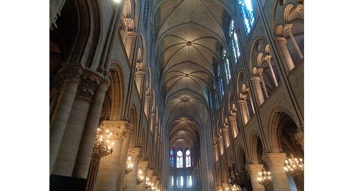 La nef et les vitraux ensoleillés