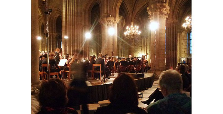 L'orchestre sur son estrade, à l'arrière de la nef