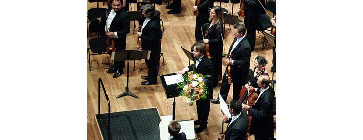 Le chef d'orchestre Ainars Rubikis, avec fleurs
