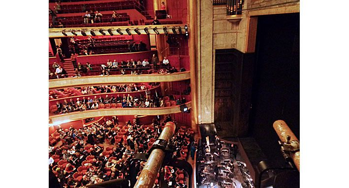 Théâtre des Champs Elysées vu de l'extrémité du deuxième balcon, côté pair