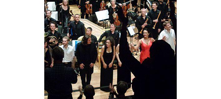 Les chanteurs devant l'orchestre, Armide en rouge et Renaud en blanc à droite