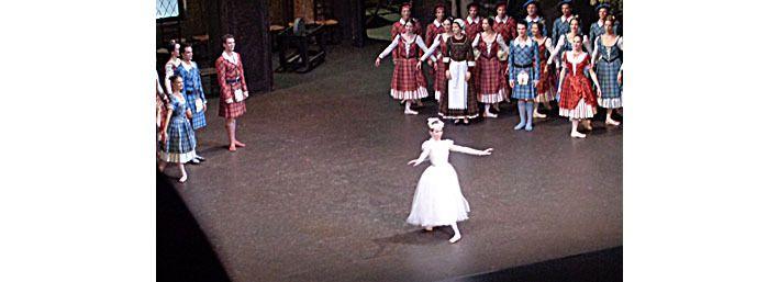 La Sylphide (en blanc) et les Ecossais, à la fin du premier acte