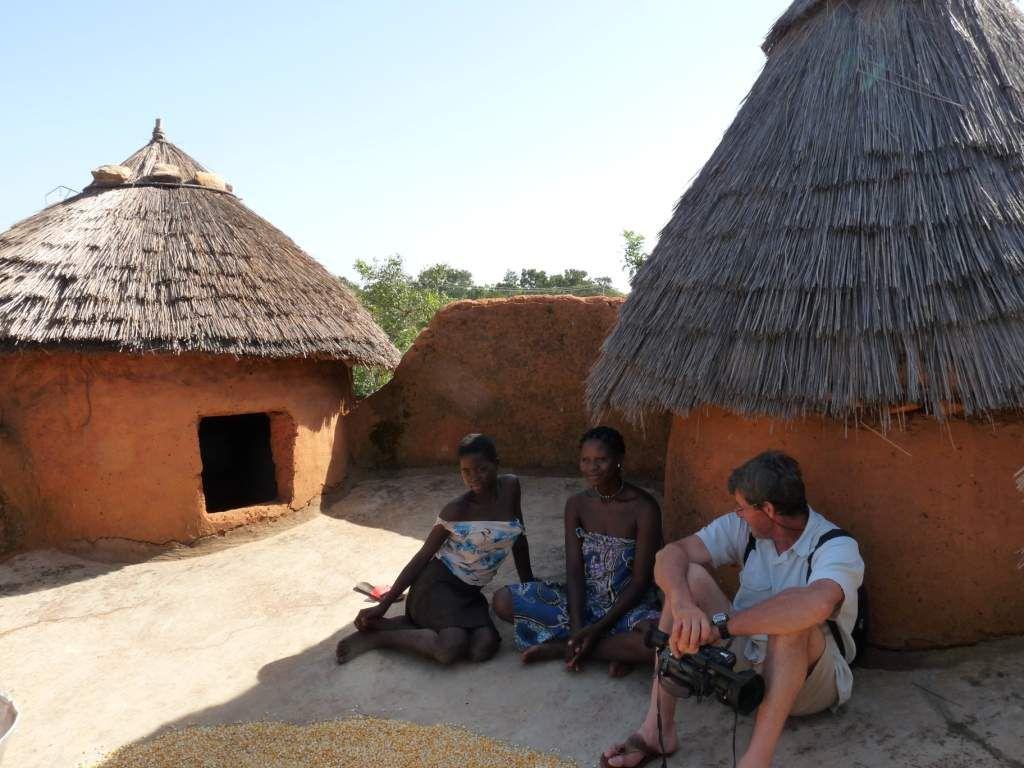 """Une """"tata"""" - non, ce n'est pas tata anik, c'est l'habitat de la région (à cheval sur le Bénin et le Togo) où l'on est ! hyper frais dedans ! bien organisé &#x3B;-)"""