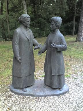 http://comprendre-avec-rosa-luxemburg.over-blog.com/article-sympathique-sculpture-rosa-luxemburg-et-clara-zetkin-en-conversation-123921778.html