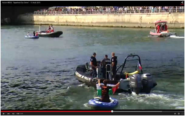 Flotille sur Seine. Bateaux sur l'eau, drapeaux palestiniens, tee-shirts BDS contre le rapt de Paris-Plage. Arraisonnage, poursuites pour utilisation ... de rames!