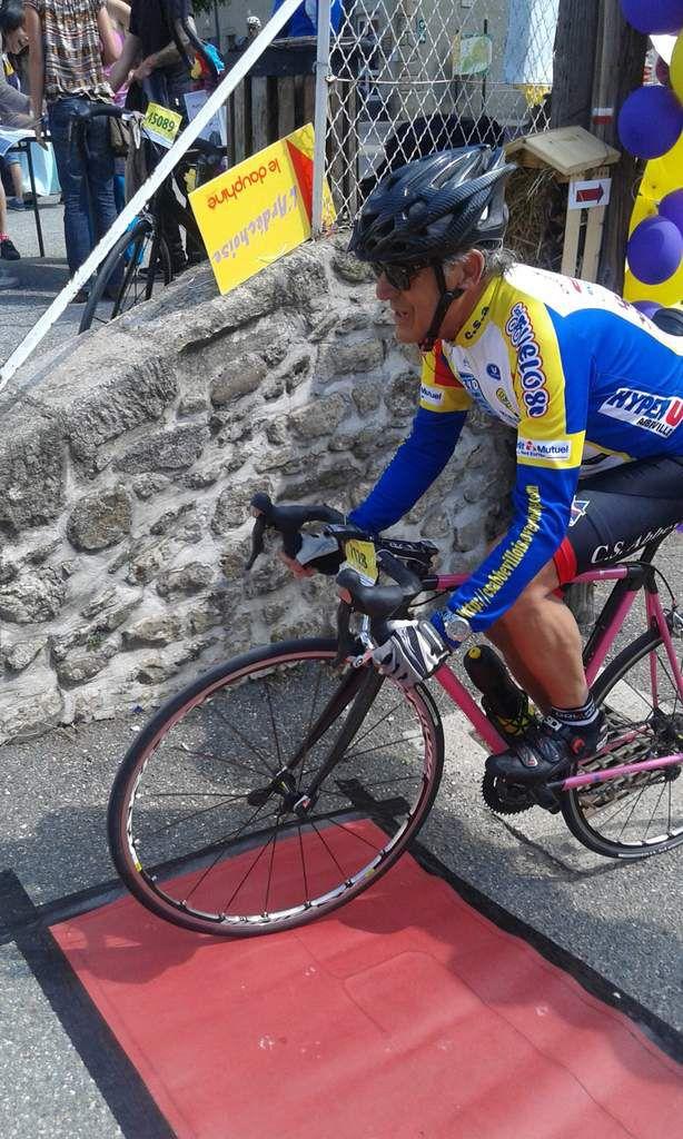 Marc qui sort de l'hôtel à vélo  ? !