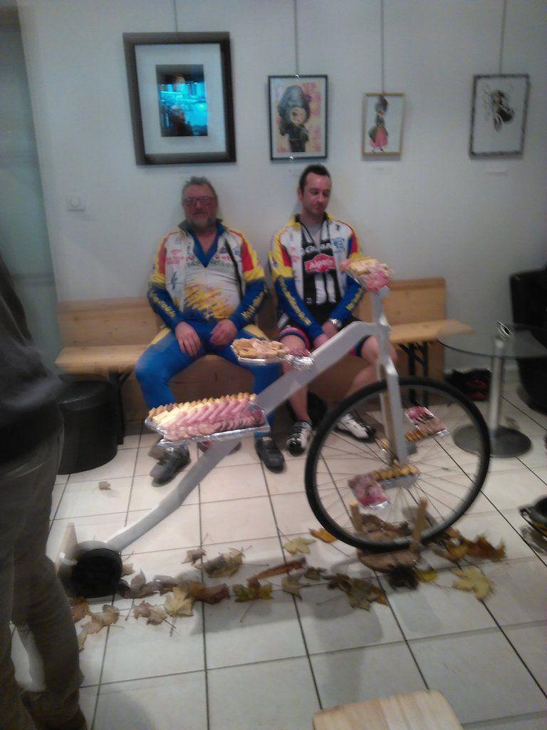Dédé et Vincent derrière le vélo de charcuterie imaginé par Perrine puis Pascal et Jean-Marc