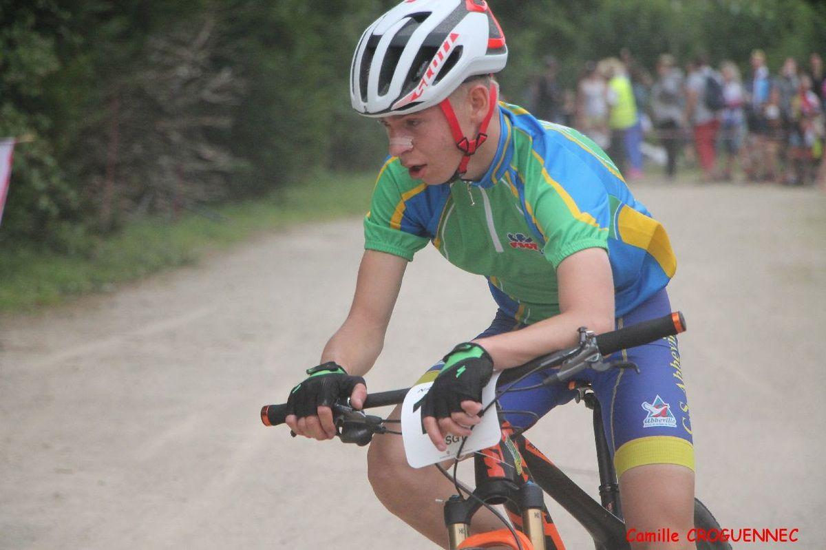 Le départ de Loris à droite (vélo orange) et Loris dans la course