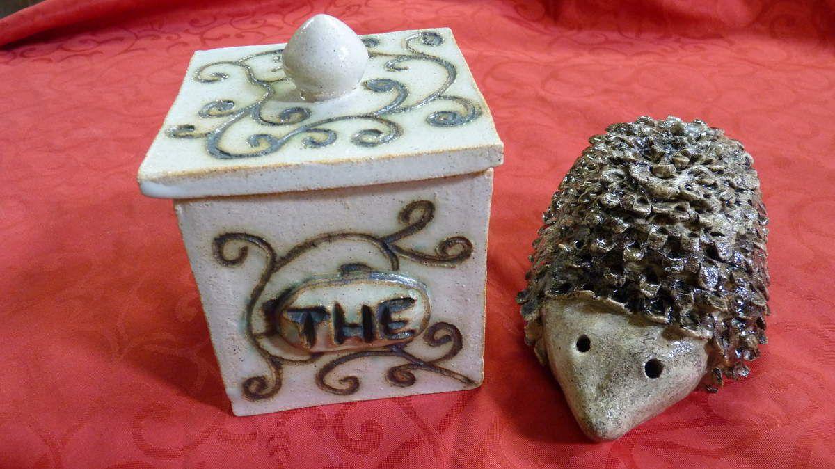 Boîte carrée et hérisson décor oxydes de cuivre et fer rouge
