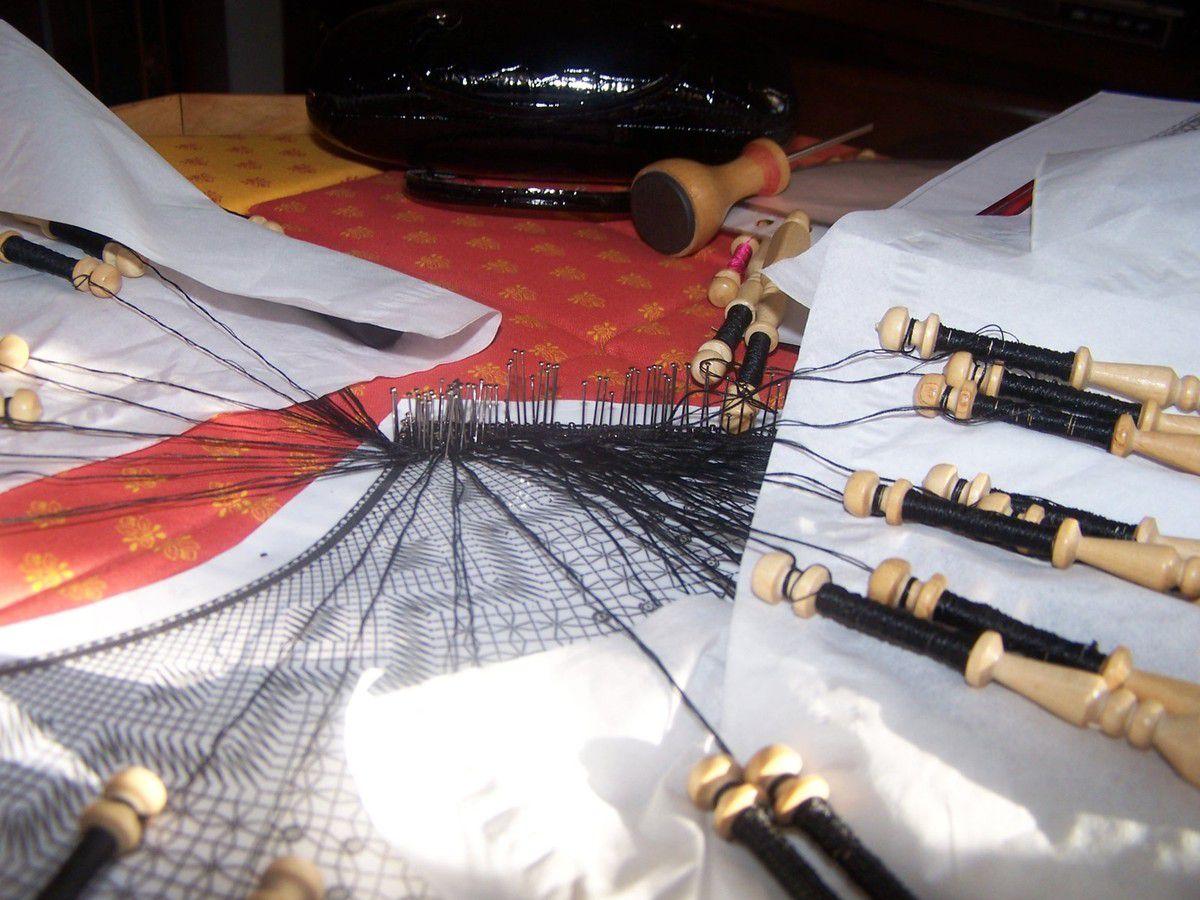 L'éventail que j'ai réalisé en 2013 avec de la soie noire et une petite touche autour en soie fushia. C'est un motif de Magalie Débouard