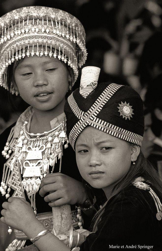 Nous pensons que les vêtements « ethniques » sont immuables et se transmettent pieusement de génération en génération sans aucune modification : il n'y a rien de plus faux. Ils sont au contraire le prétexte à des modifications de couleurs, de formes, de matériaux pour se différencier des autres, se faire remarquer et affirmer son originalité. La coiffe de la petite fille au premier plan peut sembler traditionnelle mais en réalité est postérieure à 1975. Elle serait originaire des USA et aurait été importée avec le succès que l'on sait par des Hmongs exilés.