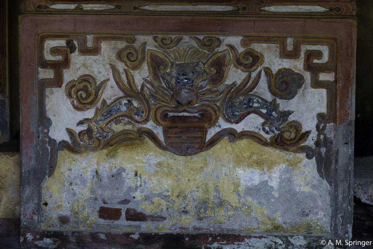 Un autel avec un tigre style gros minet.