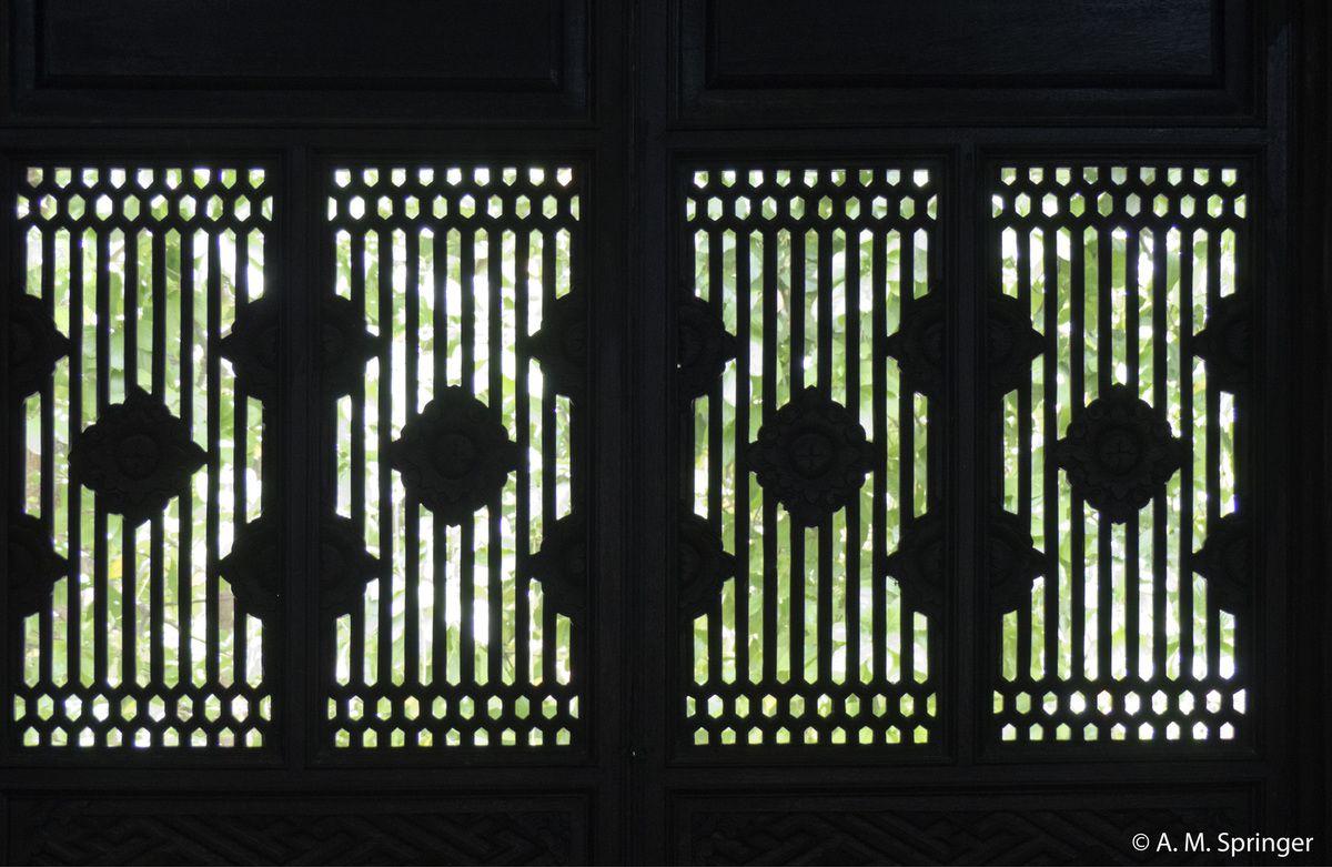 La porte principale.