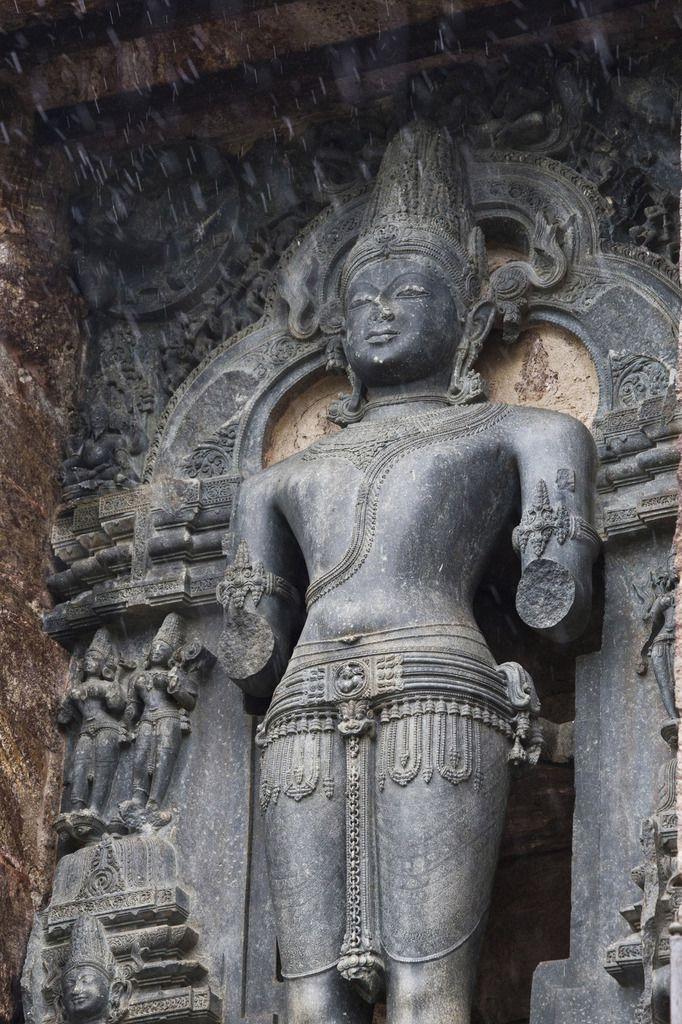 Traditionnellement le dieu Surya, dans cette pose, tient un bouton de Lotus dans chaque main.
