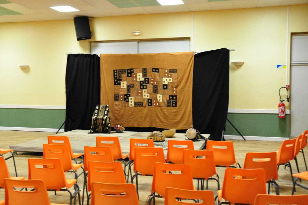 La scène est prête pour accueillir Boubacar, le conteur, et 87 spectateurs enchantés