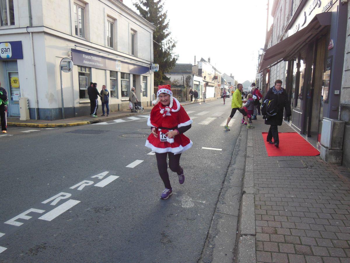 On a pu voir la Mère Noël parmi les nombreux participants venus courir 10 kms dans les rues de la ville