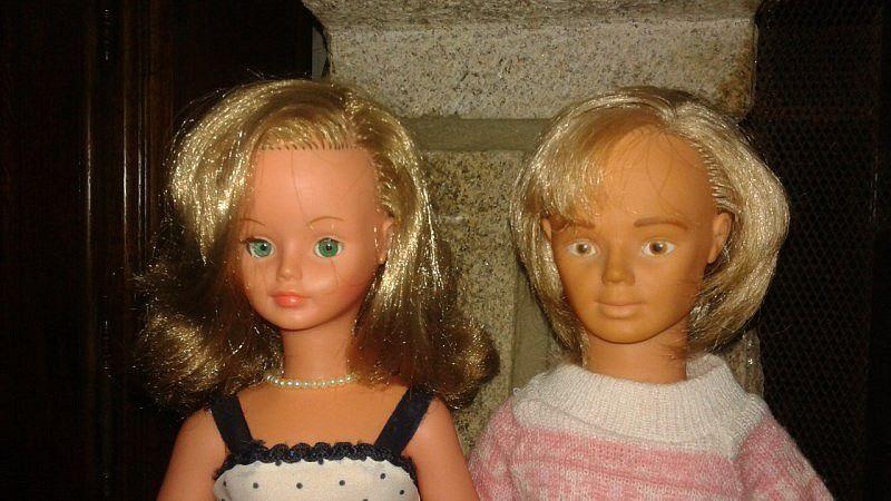 Cathie aux yeux verts  et son fiancé Jerry. Cathie porte la tenue Violette de 1979&#x3B;