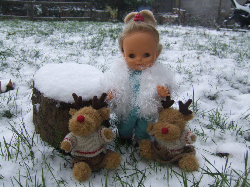 Raymonde Elle porte une tenue Clodrey. Avec son amie Célia et son drôle d'ami qui rotait &#x3B;(