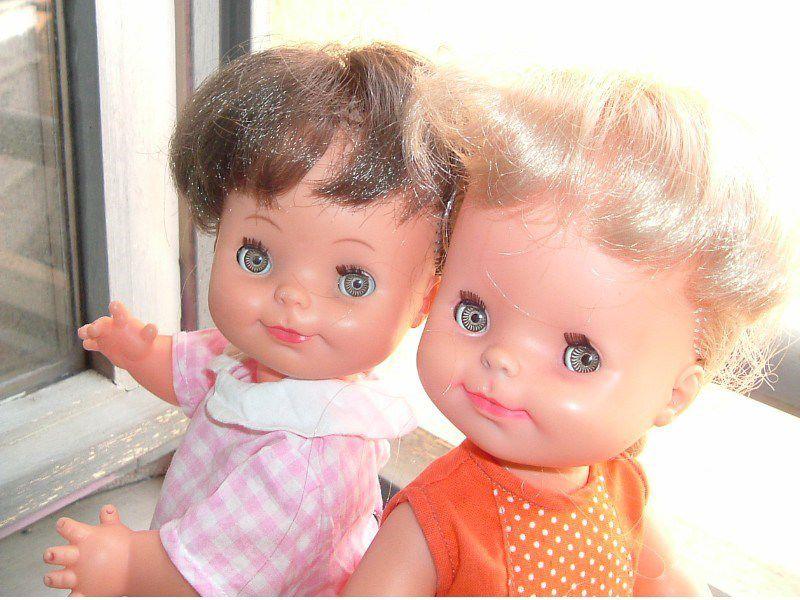 Suzette et blonde, Suzon est brune. Suzette fait voir la belle culotte de Betty.