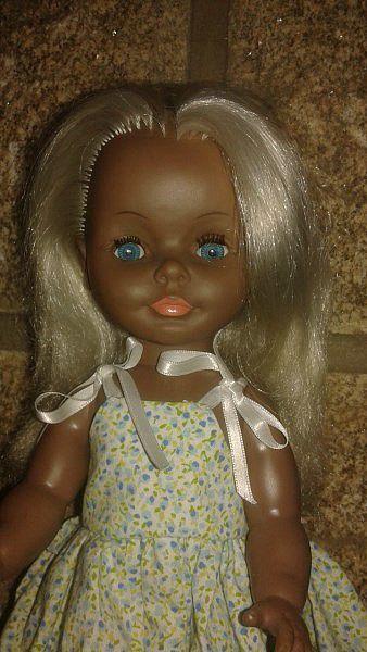 1977 Poupée Bella Ella 35 cm jambes raides. Tenue non d'origine. Inscription sur la nuque Bella