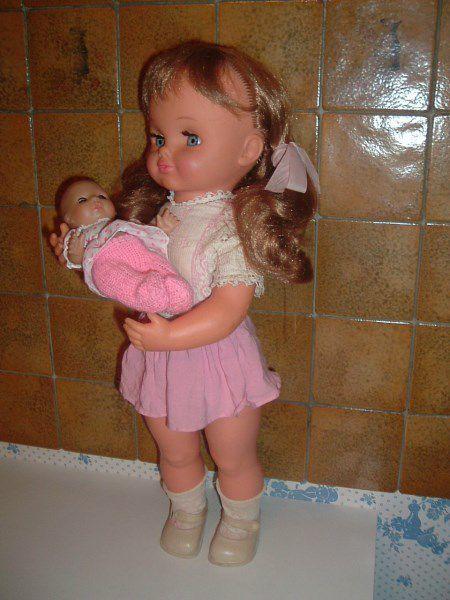 """1971. Poupée Sébino """"Titti""""  54cm automate berçant son bébé (Cialdino) Tenue d'origine, mais son bébé n'est pas celui d'origine."""