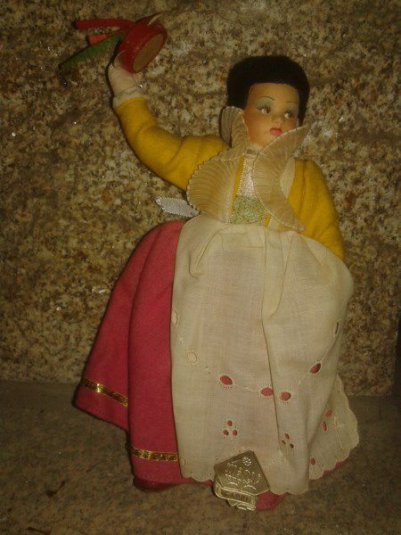 Poupée Folklorique en feutrine de 21 cm. Etiquette robe MAO Roma CAPRI.