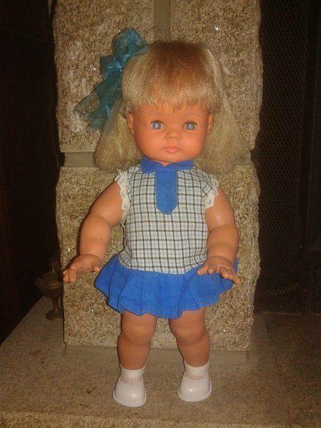 Au dessus en rose et maintenant avec une petite robe bleue