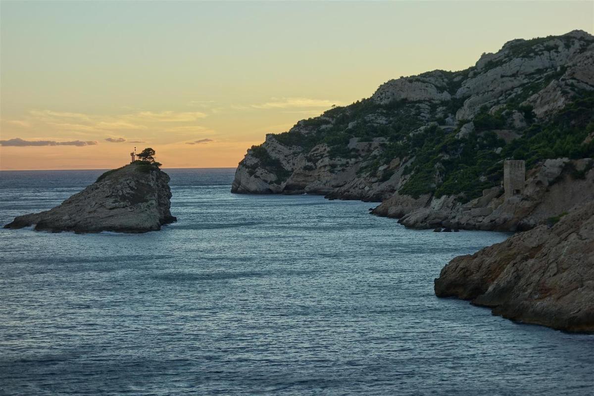 les tours et îles de l'Erevine au crépuscule