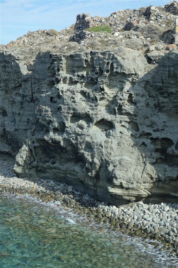 le fjord fermé de Papafragas et son rocher coloré... et flottant !