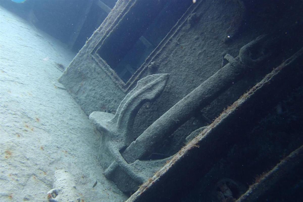 en masque et tuba dans l'épave, échouée à moins de 10 mètres de profondeur