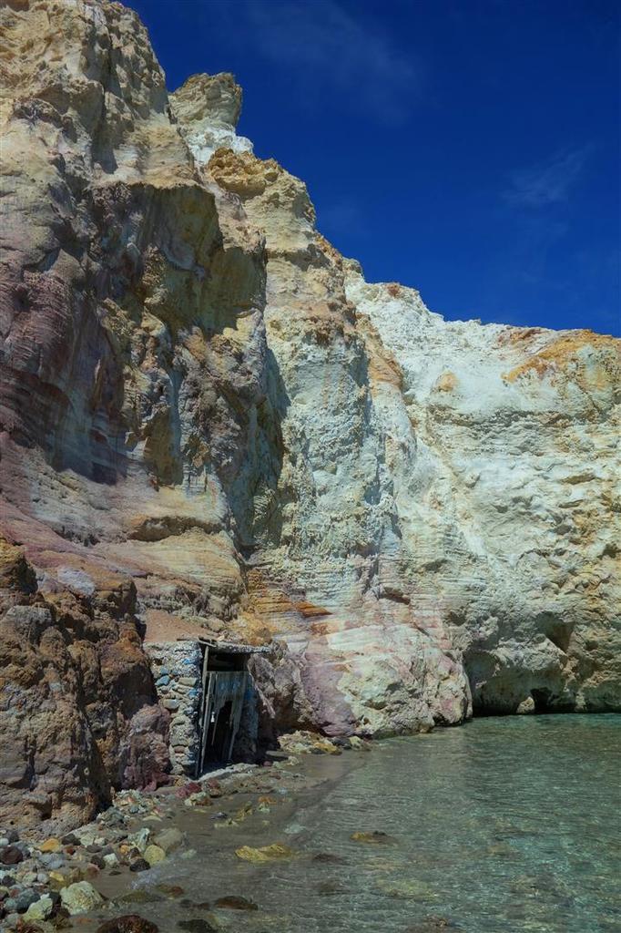 au pied des falaises colorées au nord