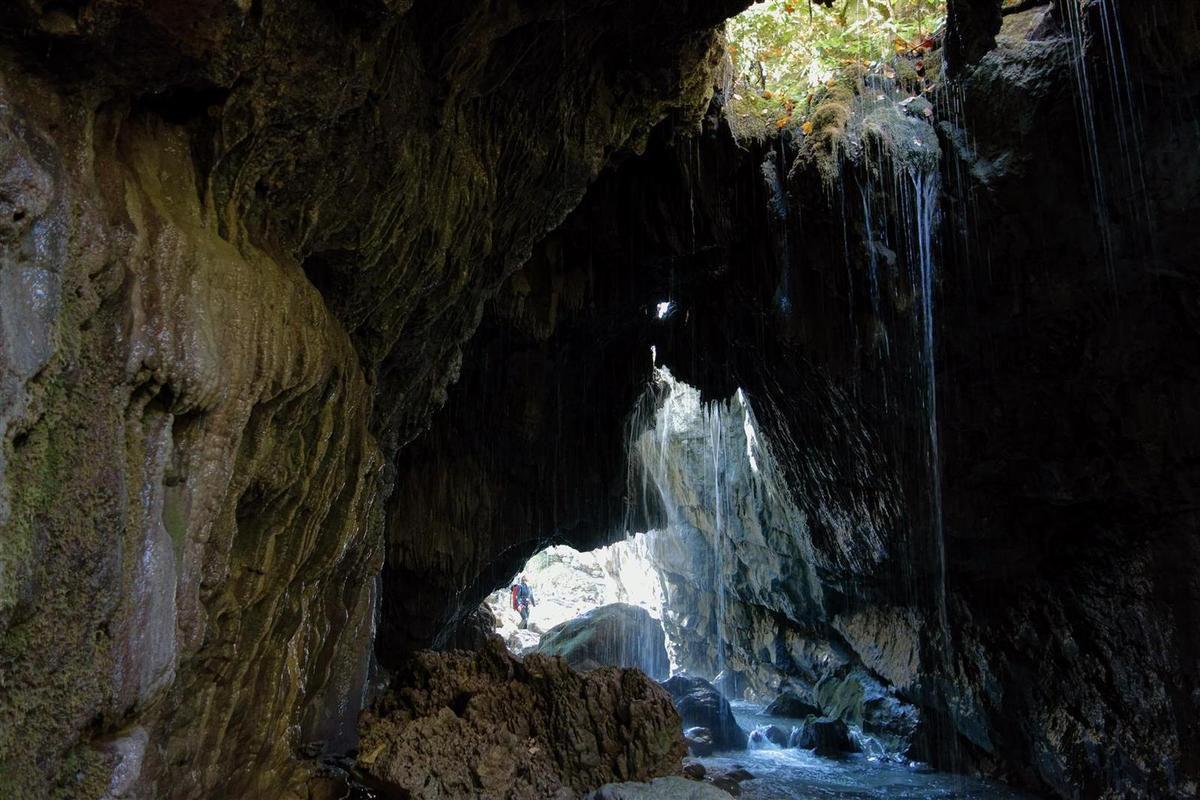 dans la magnifique grotte de tuf, avant de quitter le cours de l'Estoublaisse pour le sentier de retour