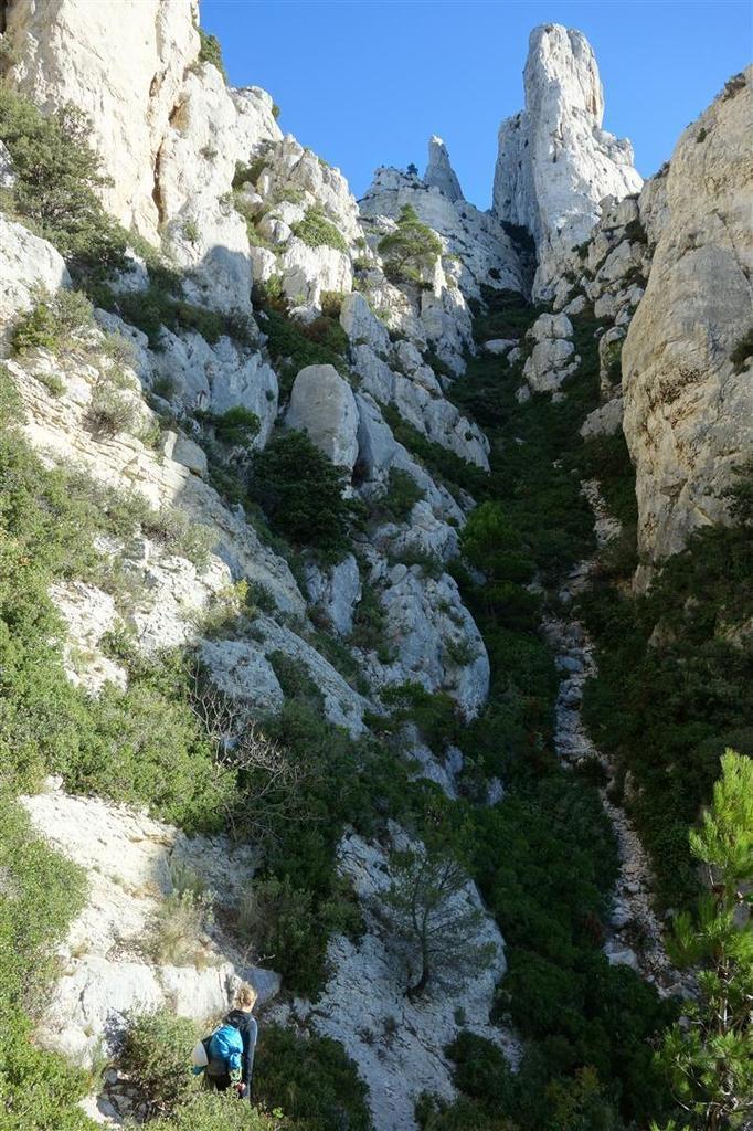 durant l'approche par le couloir du Candélon, entre vues sur la calanque des pierres tombées et piou-pious
