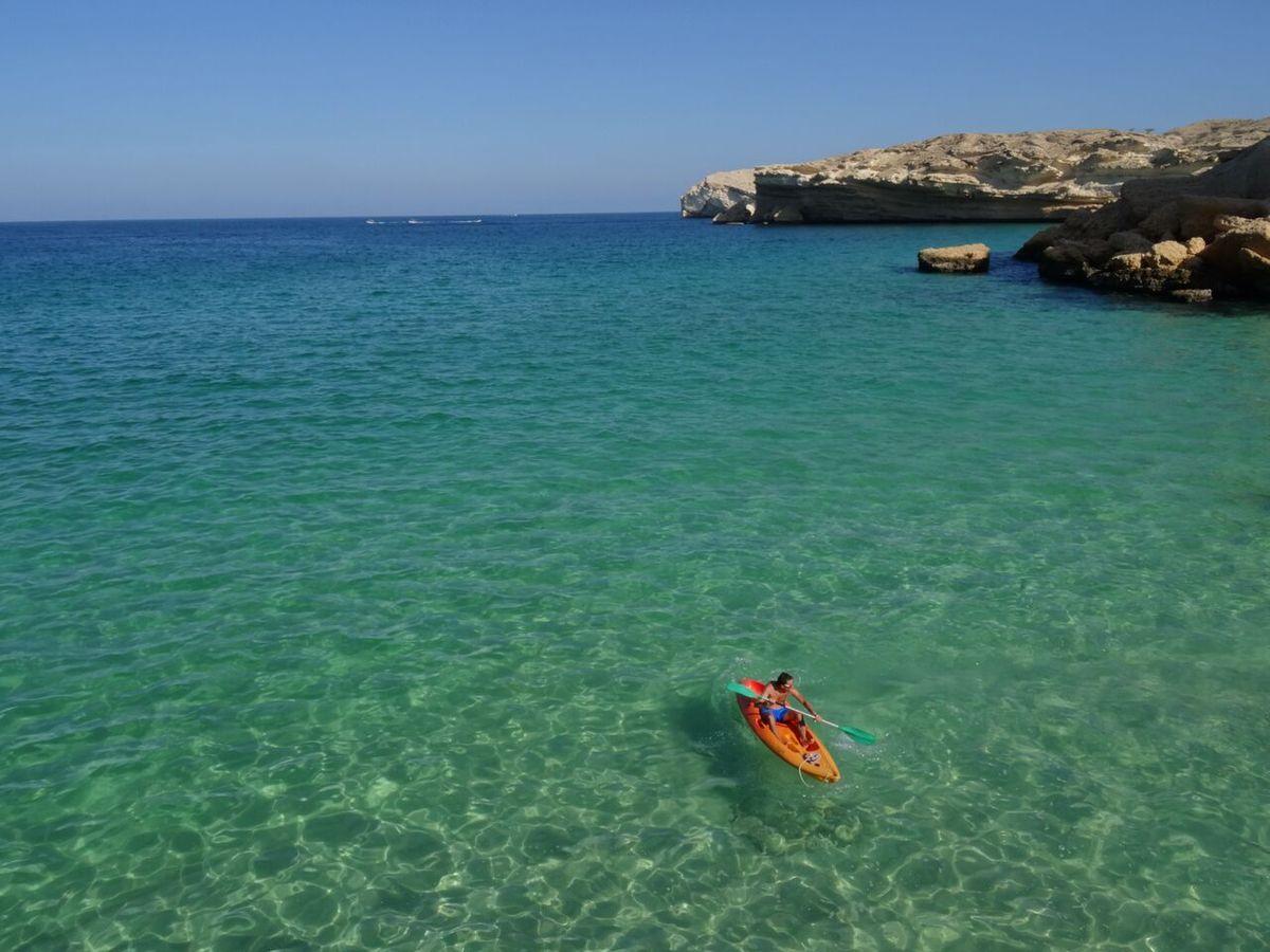 la côte immédiatement au nord de Qantaq, criques et falaises au-dessus des eaux vertes et de leurs bancs de poissons volants
