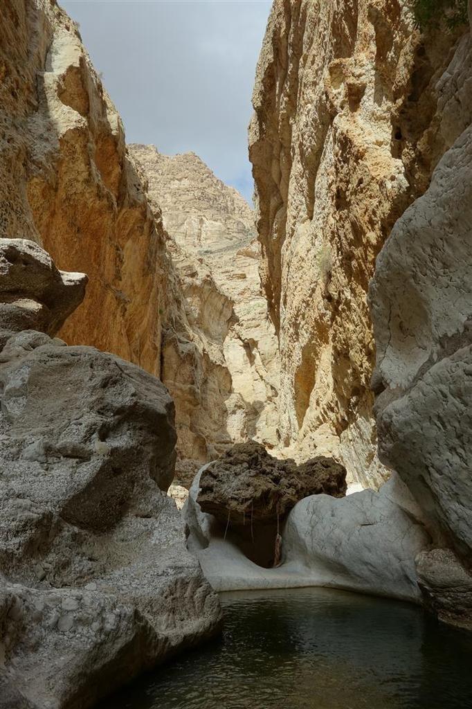 plus en aval, entre blanc, vert et ocre, calcaire, cascades de tuf et concrétions de grès