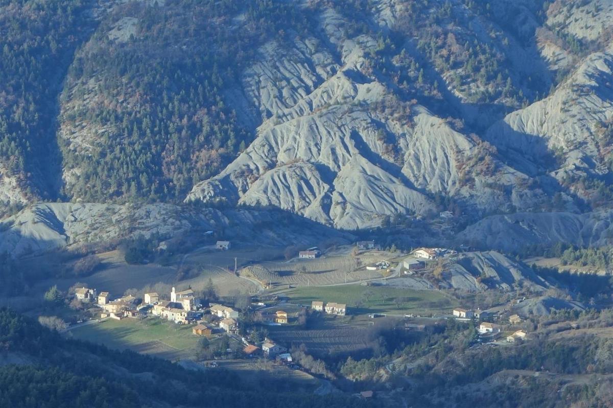 dans la montée, vues vers les crêtes à l'ouest et le village de Draix au nord