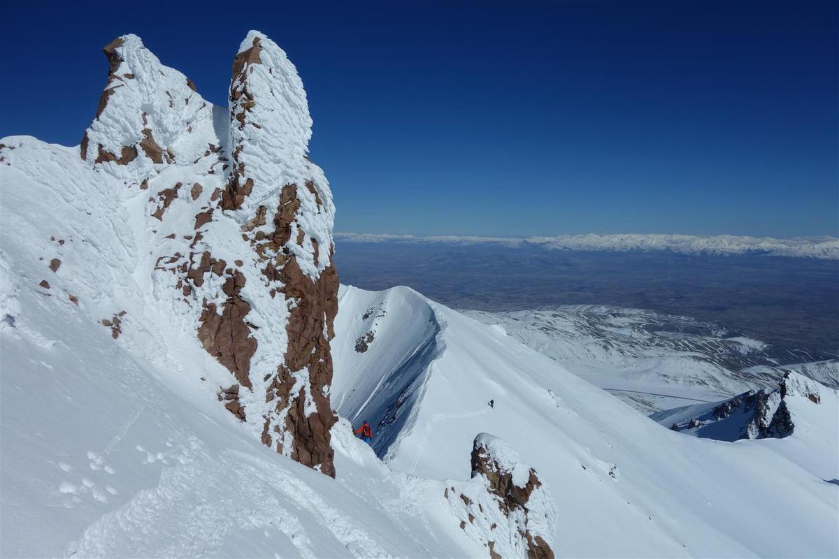 J2 : montees repetita placent, vers l'ambiance patagonienne du sommet avec son tunnel de lave
