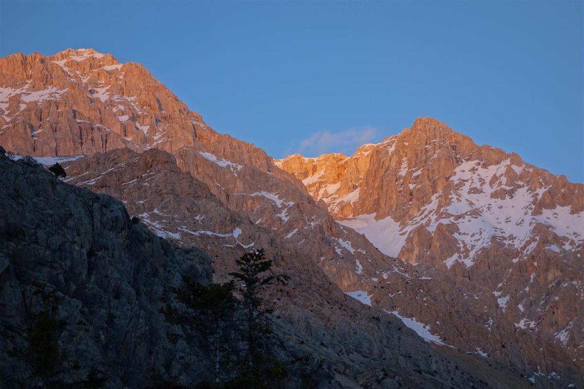 J1 : descente entre ombre et soleil, sous les falaises enflammées par le crépuscule