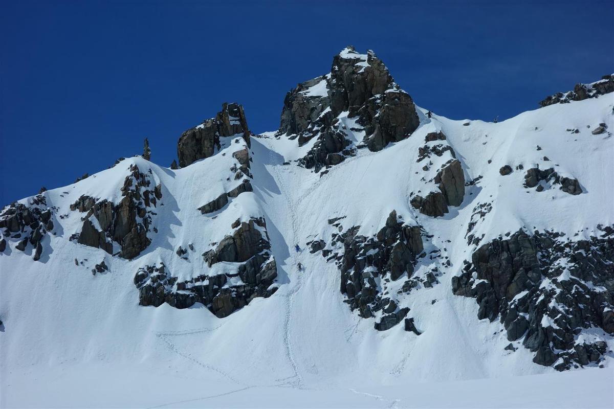 à la montée sur le glacier de Chavière, des skieurs dans l'approche des couloirs des Saints-Pères et vue panoramique sur les Ecrins