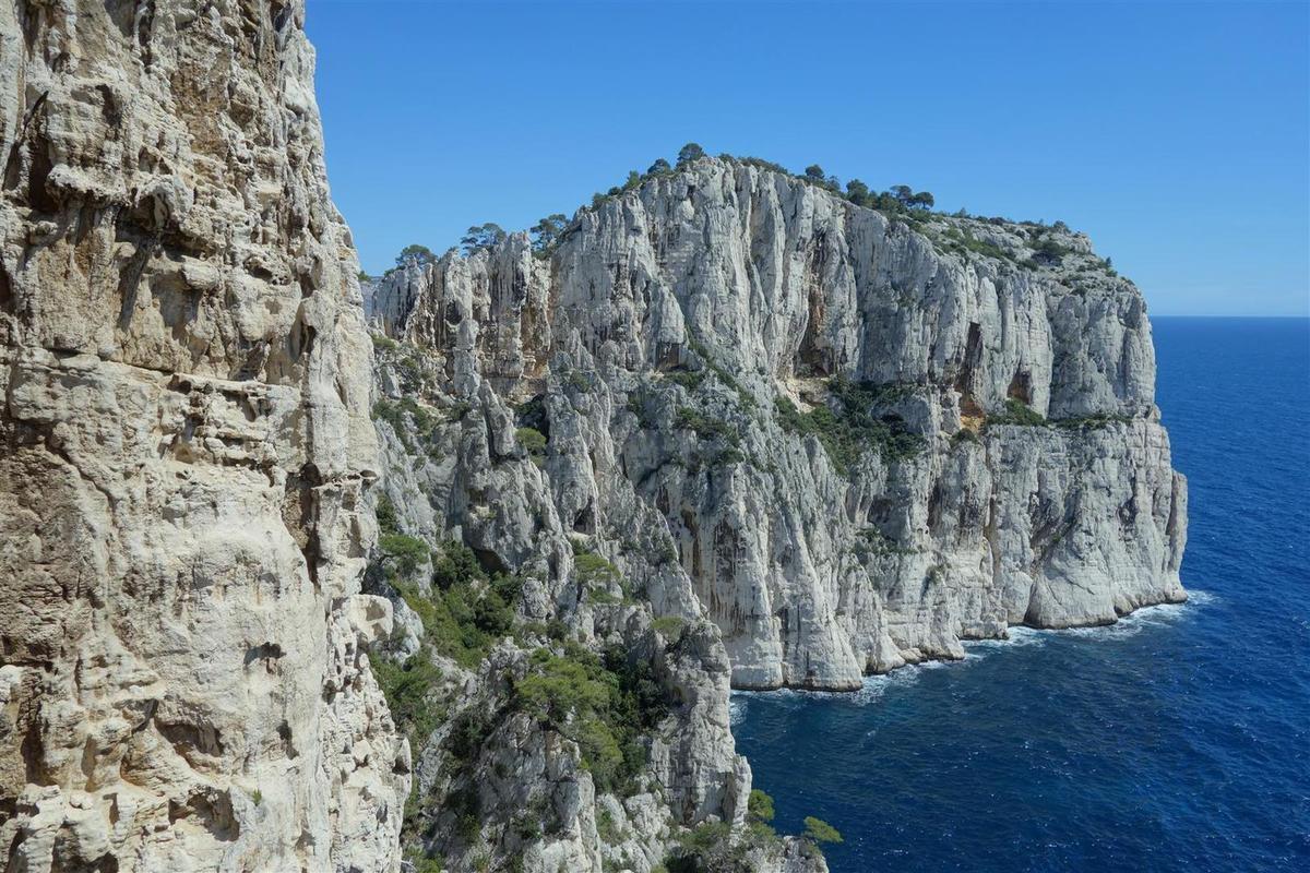 durant l'approche des rappels, vue vers la falaise de l'Oule et Castelvieil dans la belle transparence d'un lendemain de pluie