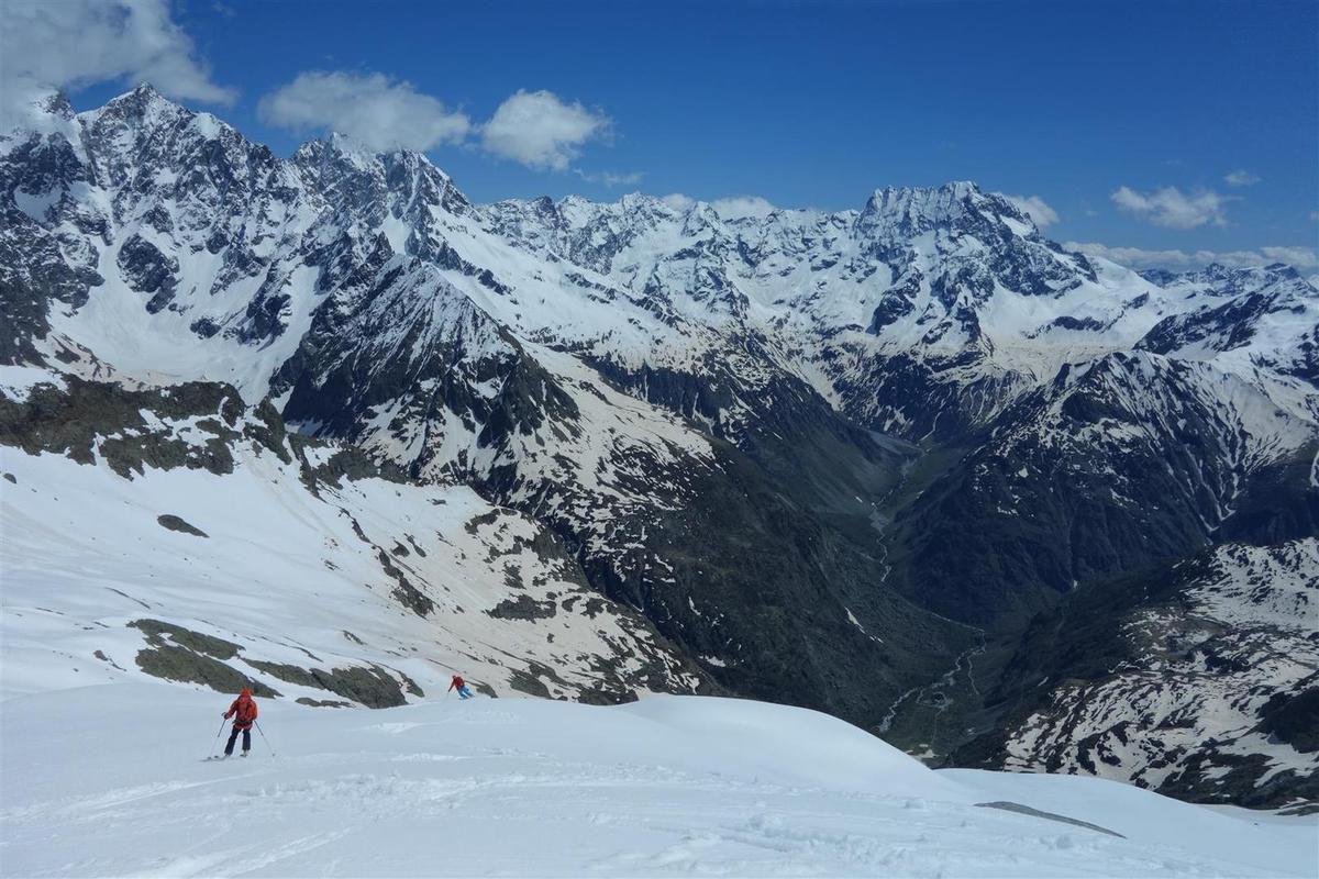 J2 : dans la haut de la descente sud des Rouies, plongée vers le Valgaudemar sous les séracs