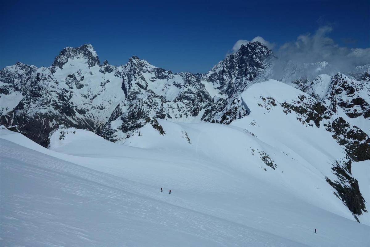 J2 : sur le glacier des Rouies, face à la Barre et au pic des Aupillous