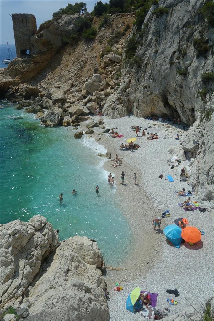 la plage de l'Erevine et le rocher du Moulon