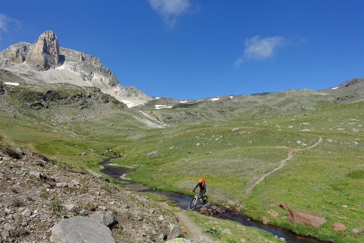 J2 : dans la très belle descente, technique mais roulante, du col des Bataillères vers le refuge du Mont Thabor, parmi prairies et lacs