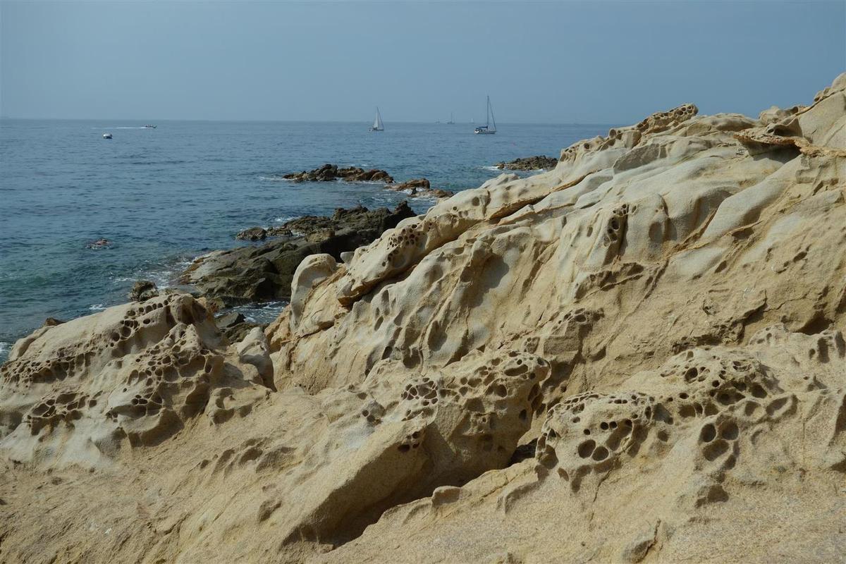 sur la plage du Bau Rouge, du grès polymorphe qui peut évoquer les Seychelles