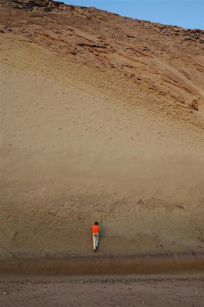 sur la plage du bivouac et son incroyable géologie : marnes collées sur grès sculpté, dalles de grès parfaites...