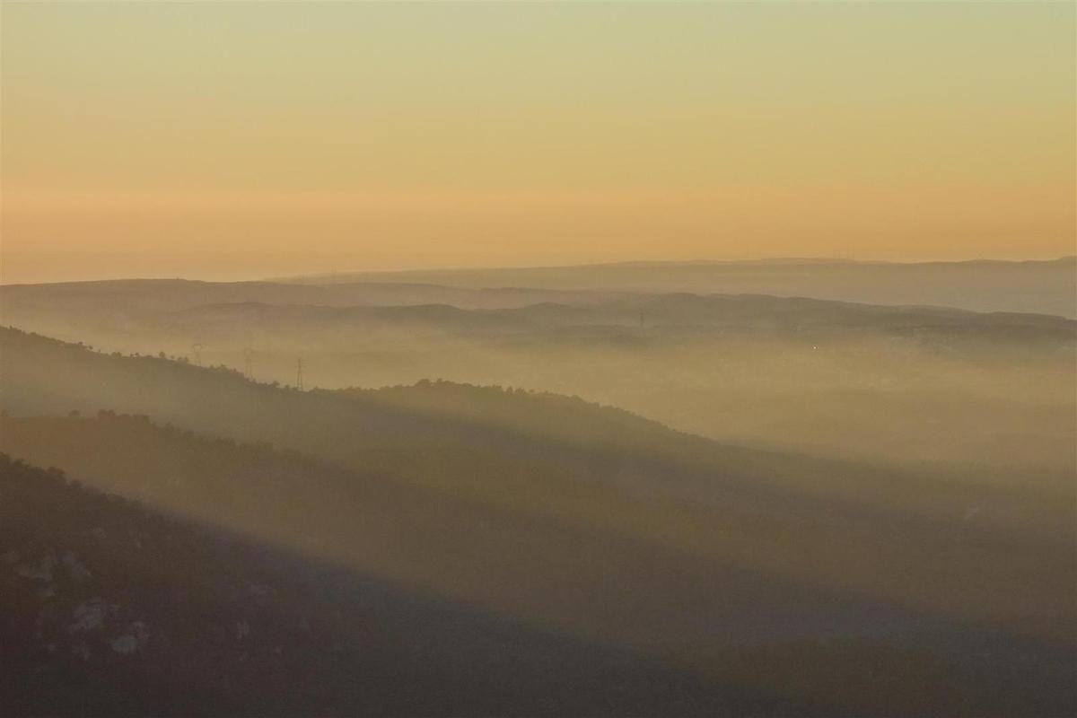 près du Pilon du Roy, crépuscule vers la chaîne de la Nerthe, le sommet du Pilon et le Ventoux