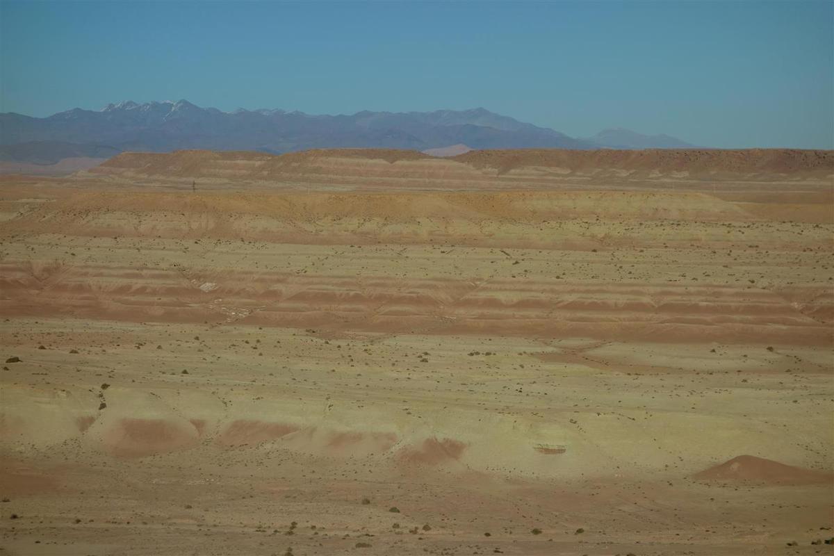 paysages désertiques de l'autre côté de l'Atlas, sur fond de montagnes enneigées